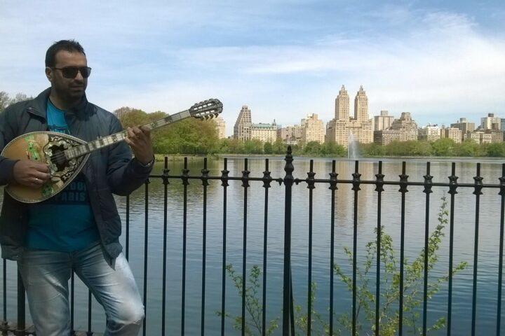 Ένα οχτάχορδο μπουζούκι ταξιδεύει στην Αστόρια!